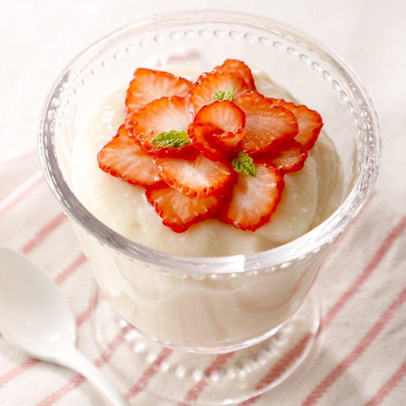 ガラスの器に入れた豆腐のレアチーズケーキ