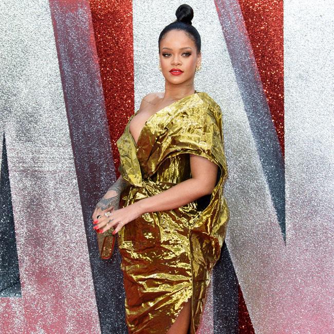 金色のドレスを着たリアーナ
