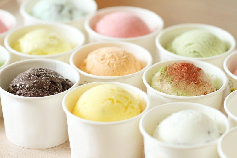カップに入ったいろんな色のアイスクリームの画像