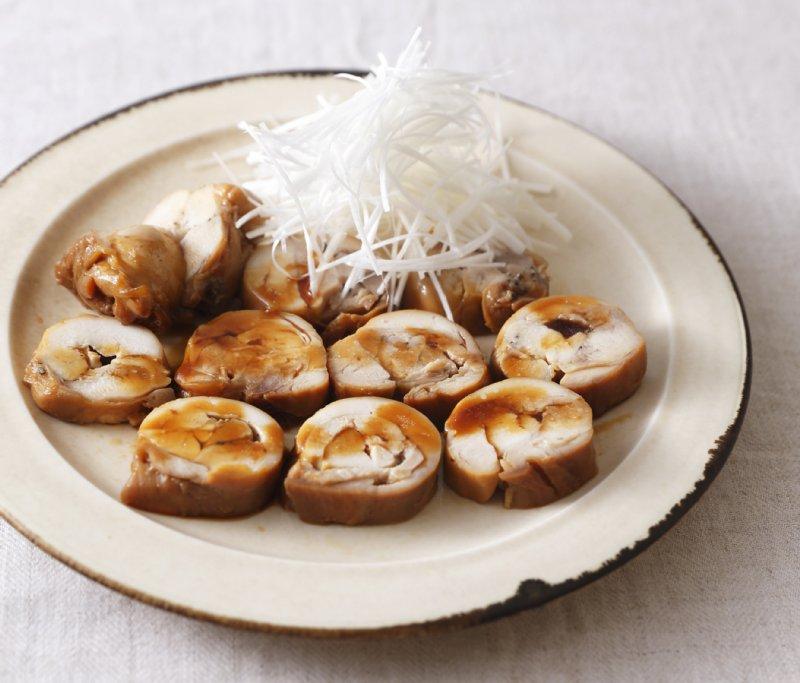 皿に盛り付けられた鶏肉のチャーシュー