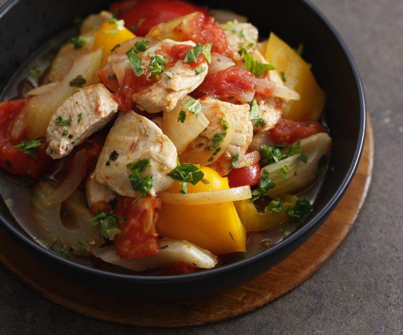 皿に盛り付けられた鶏肉入りラタトゥイユ