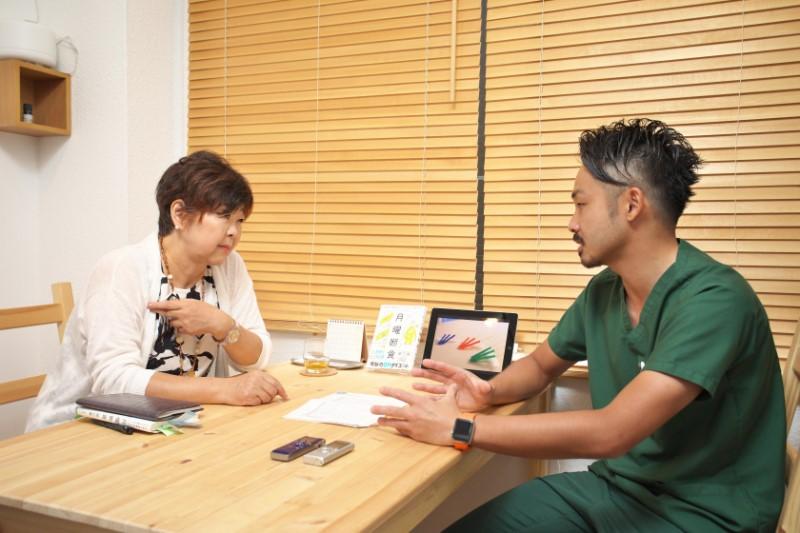 関口賢さんに相談するオバ記者ことライターの野原広子