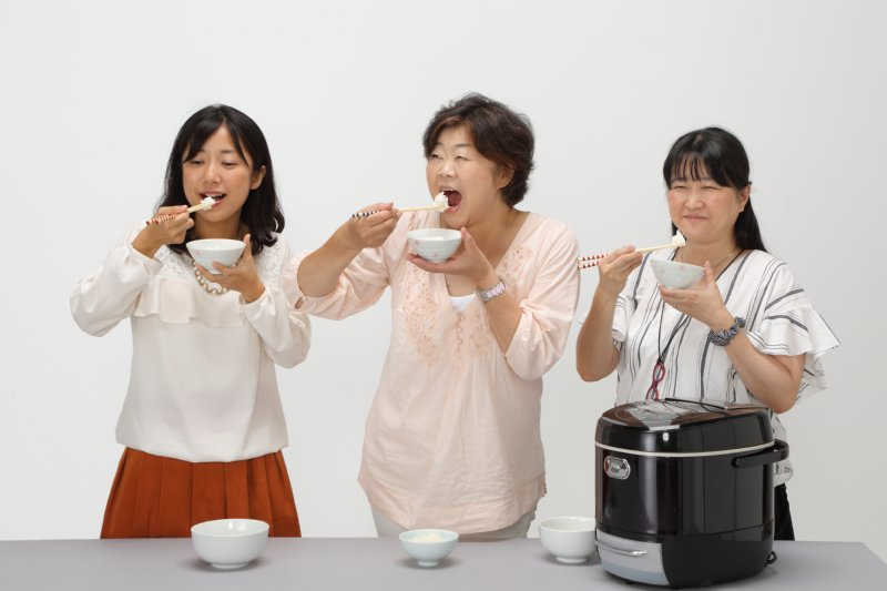 糖質カット炊飯器で炊いたごはんを実食する女性3人
