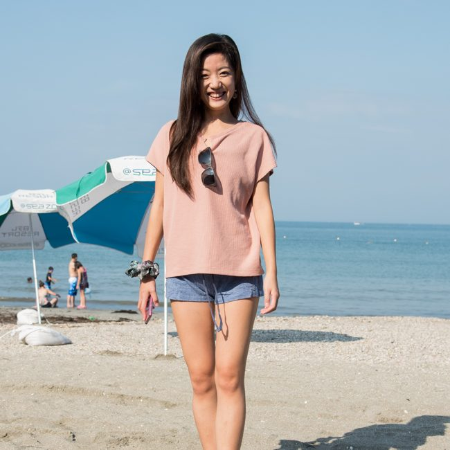 ビーチで立つ田崎愛乃さん