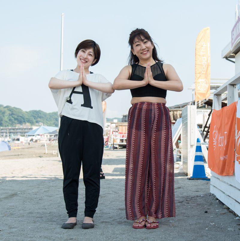 ビーチでヨガのポーズをする田邉晃子さん、山口優香子さんの全身