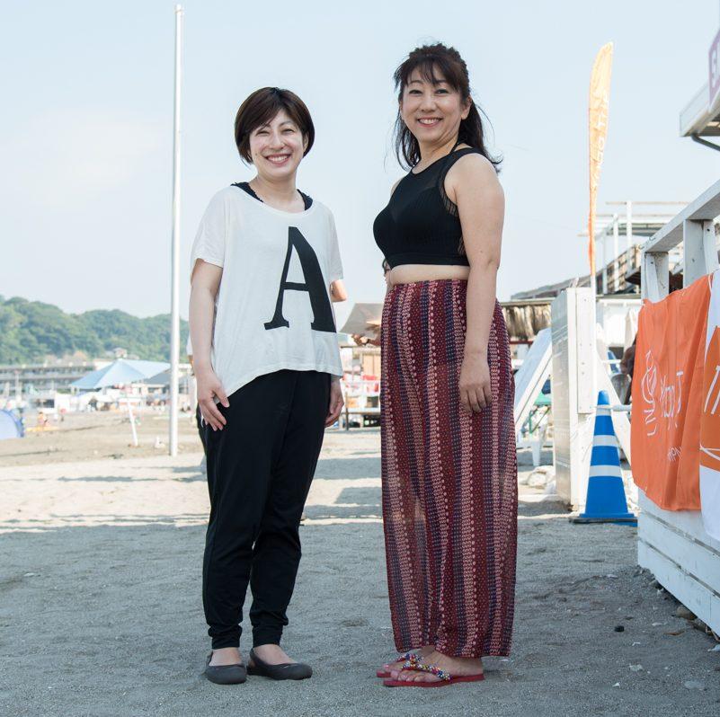 ビーチで立つ田邉晃子さんと山口優香子さんの全身