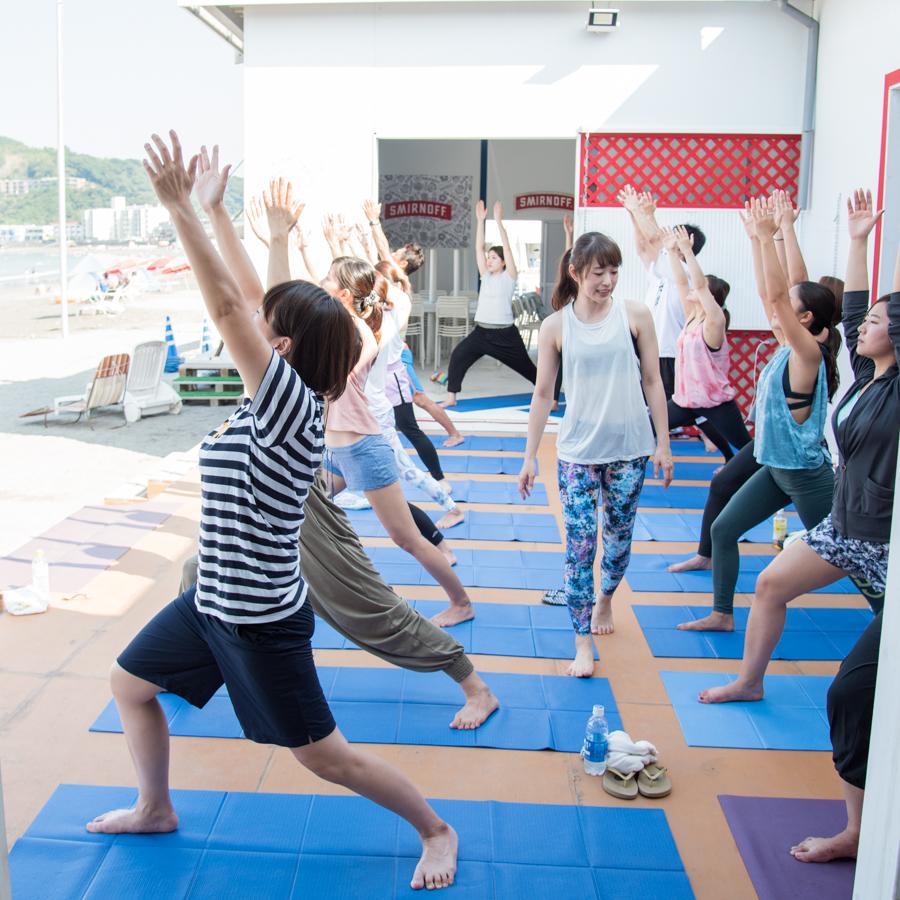 『Yoga Trip -Beach session-』でヨガを行うインストラクターと生徒たち