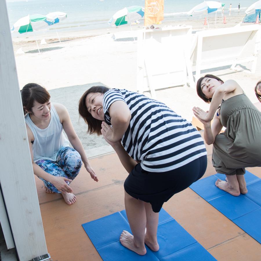 『Yoga Trip -Beach session-』でヨガを行うインストラクターとライター