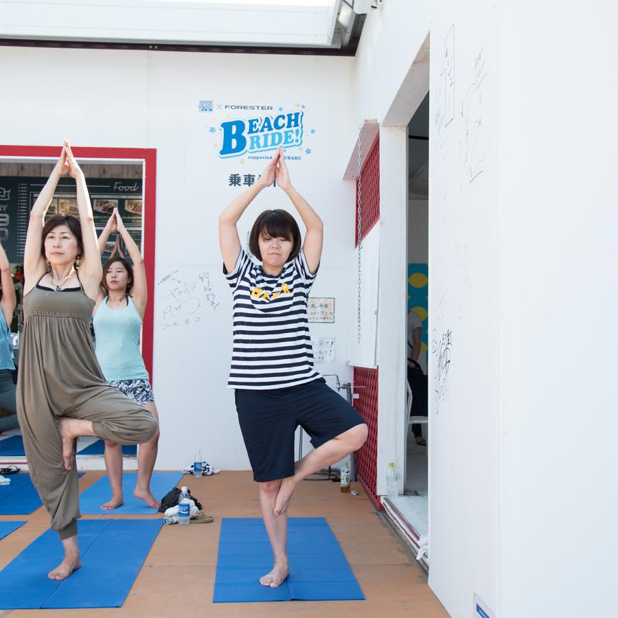 『Yoga Trip -Beach session-』でヨガを行うライター
