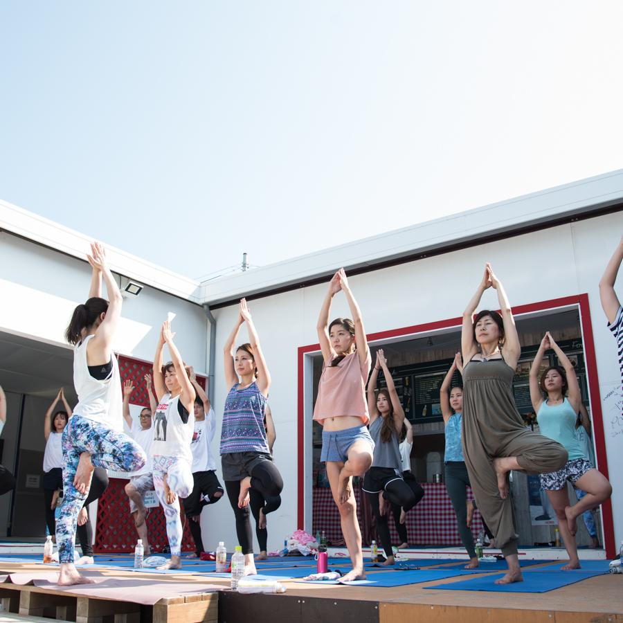 『Yoga Trip -Beach session-』でインストラクターと生徒たち