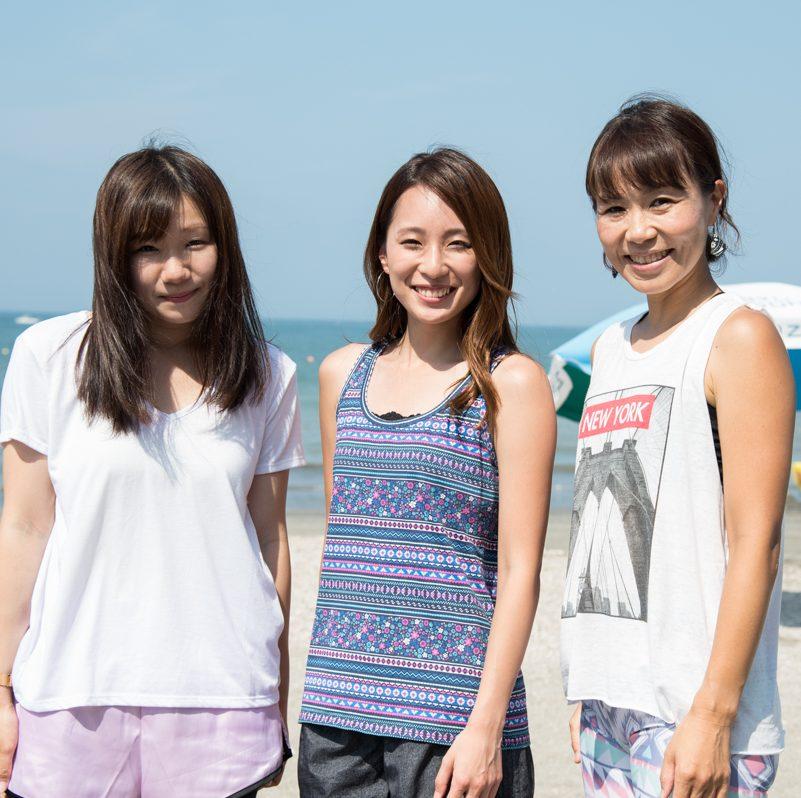 ビーチで立つ鈴木愛梨さん、小林祥子さん、五島千絵子さん