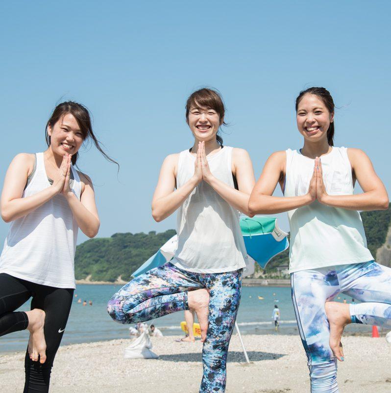 「Yoga Trip -Beach session-」でインストラクターを務めた金子千夏さん、神山ゆりさん、市川梓さんがヨガのポーズをとる