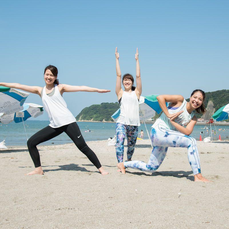 「Yoga Trip -Beach session-」でインストラクターを務めた金子千夏さん、神山ゆりさん、市川梓さんがポーズをきめる
