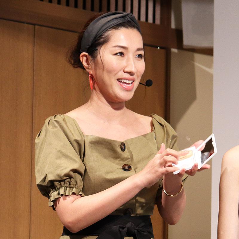 コフレドールの「ヌーディカバーモイスチャーパクトUV」の粉感をチェックする、ヘア&メイクアップアーティストの長井かおりさん