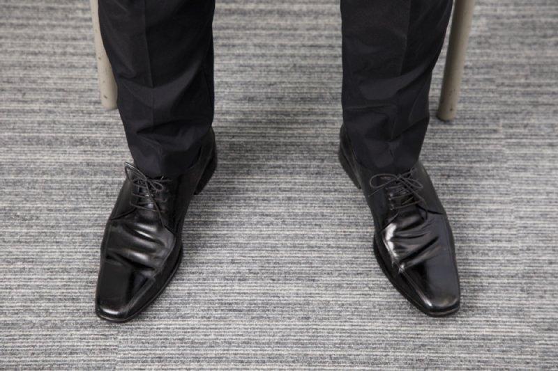 外側に15度開いた工藤孝文さんの両足