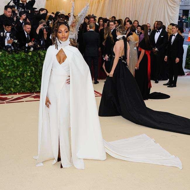 白いドレスを着たジョーダン・ダン