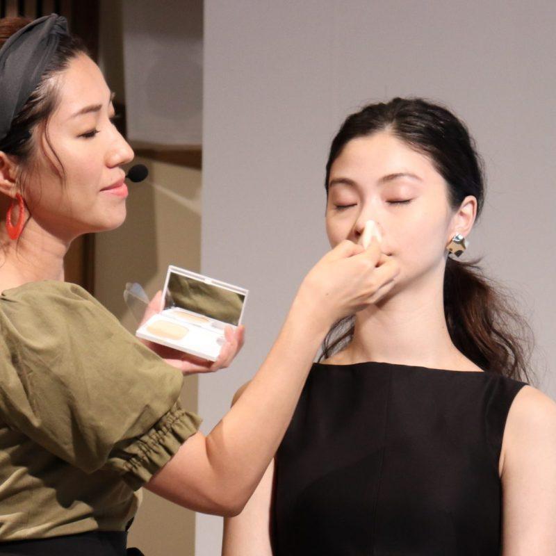 コフレドールの「ヌーディカバーモイスチャーパクトUV」を使ってモデル女性にベースメイクをレクチャーする、ヘア&メイクアップアーティストの長井かおりさん
