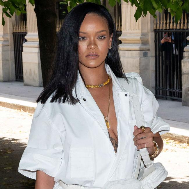 白いシャツを着たリアーナ