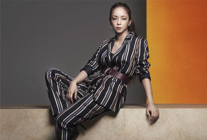 H&M秋のコレクションから、ストライプのセットアップにベルトを合わせた安室奈美恵