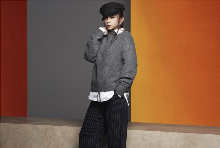 H&M秋のコレクションから、モノトーンコーデをした安室奈美恵