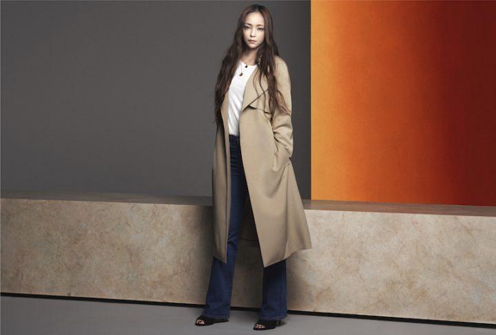 H&M秋のコレクションから、トレンチコートを羽織る安室奈美恵