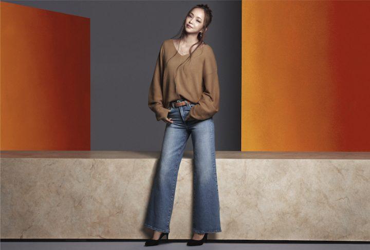 H&M秋のコレクションから、ベージュのニットとデニムスタイルの安室奈美恵