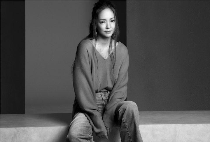 ニットとデニムでコーディネートした安室奈美恵のポートレート