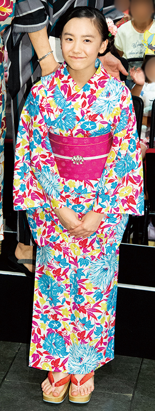 白地に水色、ショッキングピンク、水色の柄が鮮やかな浴衣を披露した芦田愛菜