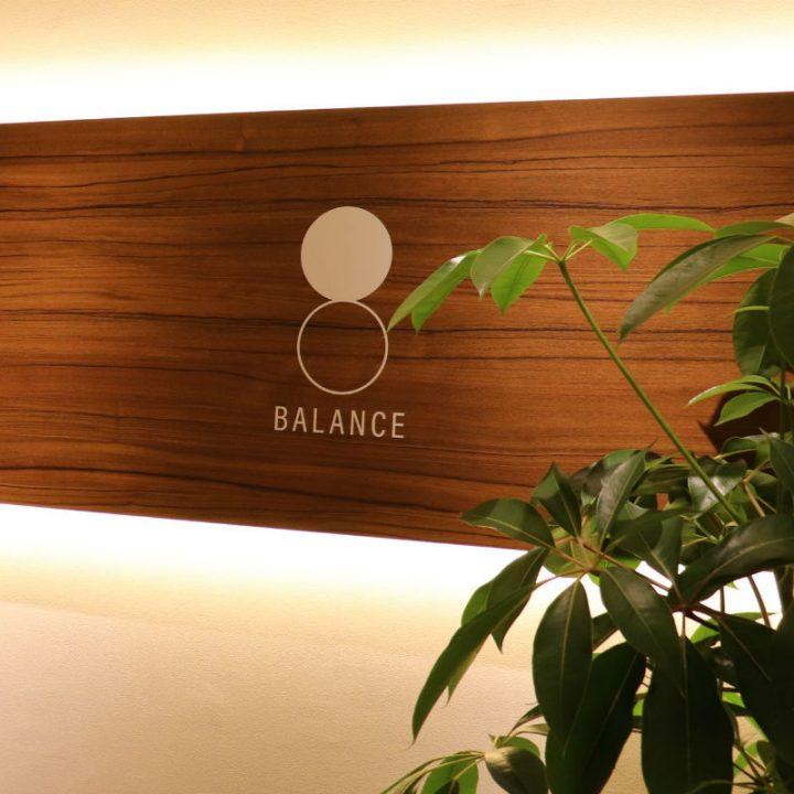 観葉植物とスタジオロゴの入った壁