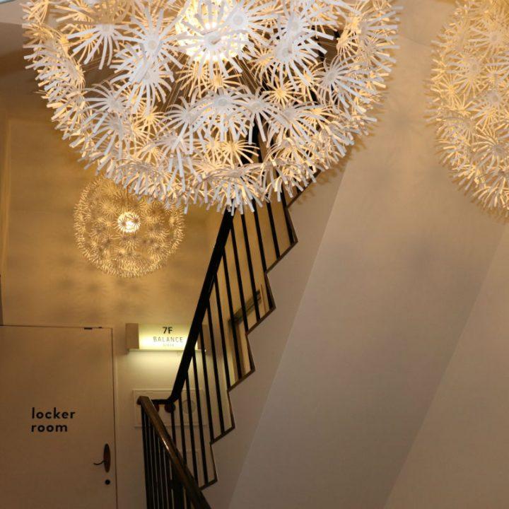 柔らかい照明が設置されたロッカールーム前