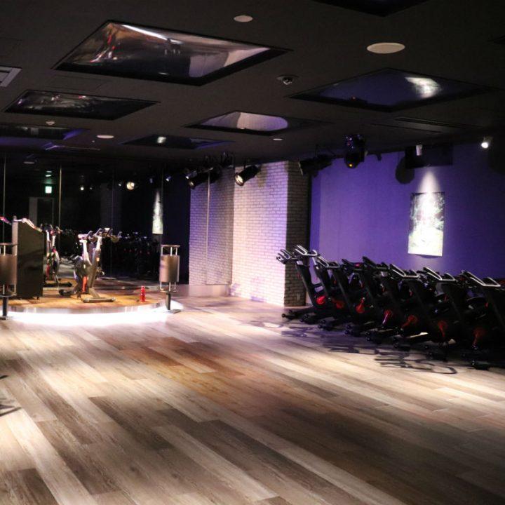 トレーニング用のバイクが並ぶ、暗いスタジオ