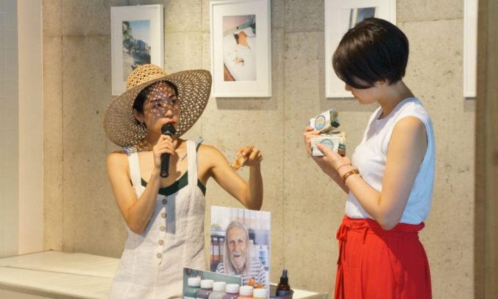 カラフルな石鹸を持って話す福田恵理さんと福本敦子さん