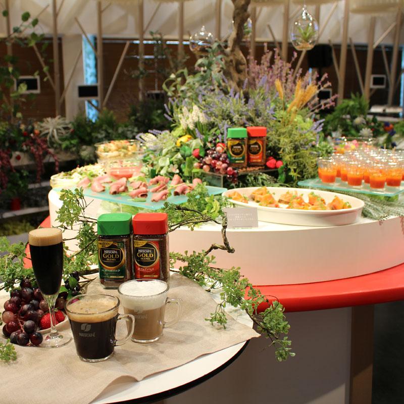 ネスカフェ ビューティワークカフェに置かれたコーヒーや軽食