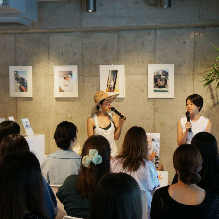 マイクをもち、向き合って話す福田恵理さんと福本敦子さん、それを見ている来場客