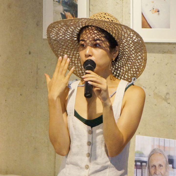 目の前に左手を出し、話している麦わら帽子の福本敦子さん