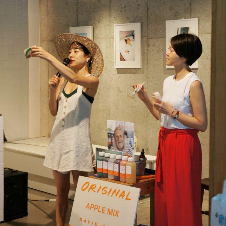 石鹸を掲げて話す福本敦子さんと、その横に福田恵理さんが立っている