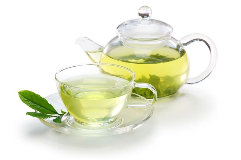 ティーグラスに注がれた緑茶とガラス製のポット