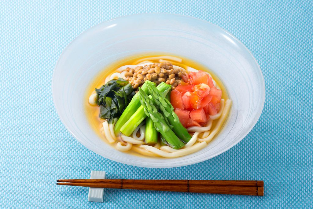 納豆と旬の野菜をたっぷりのせたぶっかけ冷やしうどん