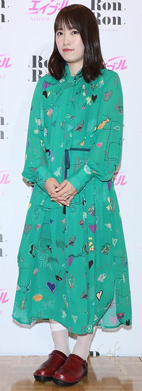 グリーンの個性的な柄ワンピにサボを合わせた独特スタイルの川栄李奈
