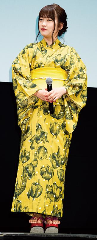 黄色地に黒のチューリップ柄と大胆な色柄の浴衣を披露した川栄李奈