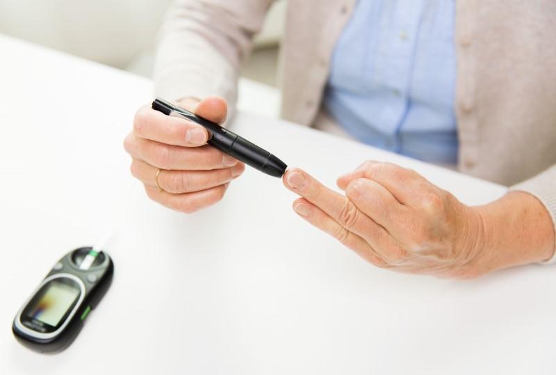 血糖値を計測する人