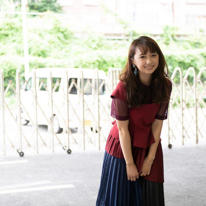 笑顔でこちらを見つめる小宮有紗