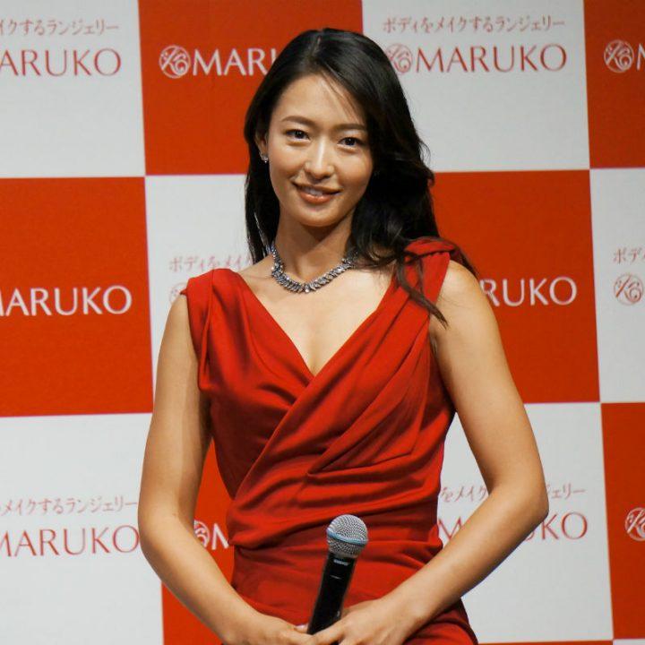 赤いドレスを着た石黒エレナ