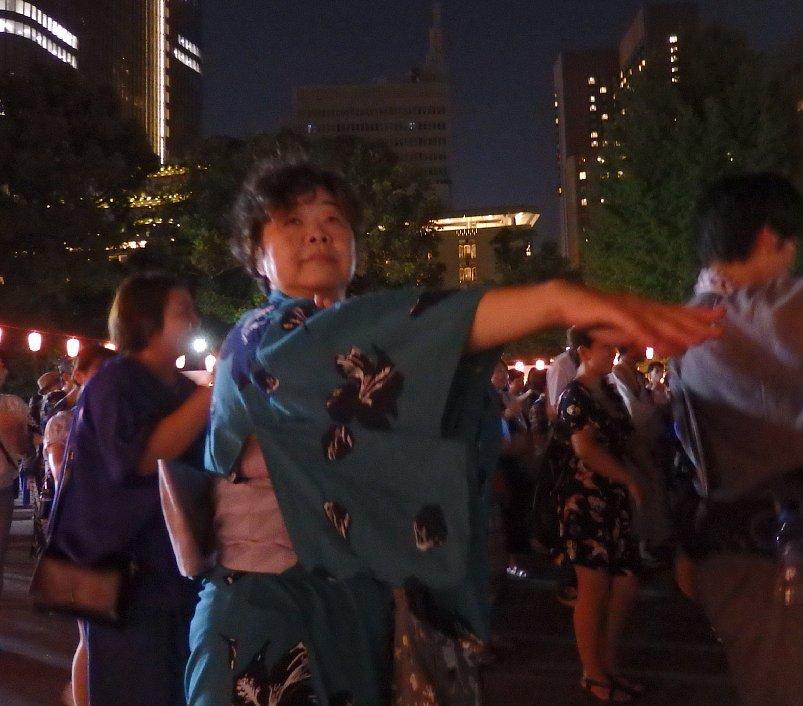 浴衣姿で盆踊りをするオバ記者ことライターの野原広子