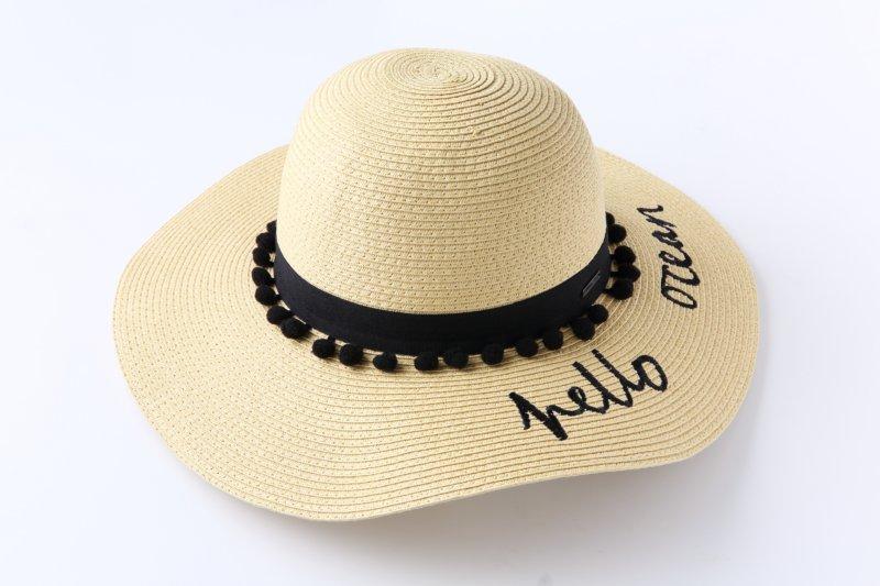 つばに文字が書かれた麦わら帽子