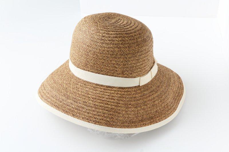 つばに白い縁取りがされた麦わら帽子
