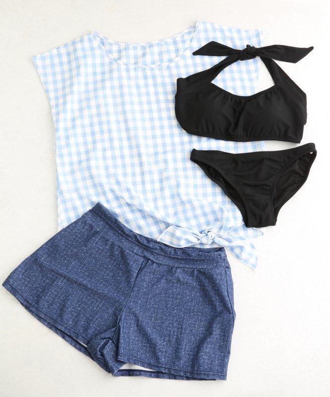 黒のシンプルなビキニと、トップスとデニム風パンツのセット