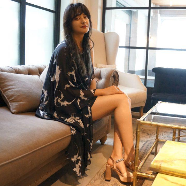 ソファに座る浦浜アリサさんの全身写真