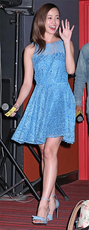 ブルーのレースワンピースを着た沢尻エリカ