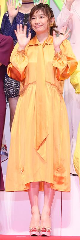 光沢のある黄色のワンピースを着た篠原涼子